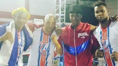 William Scull junto a su preparador Franquis Aldama y el resto de su equipo. Los cubanos pisan fuerte en Trelew y llevan el boxeo a lo más alto.