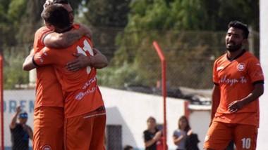 Brian Garino, de espaldas, abraza a Diego Giménez tras la concreción del primer gol .  Alejandro Aguirre, en segundo plano, se acerca al festejo.