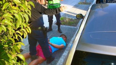 En el piso. El sujeto tiene 25 años y merodeaba el barrio Alberdi con fines de robo en los autos estacionados.