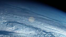 En el centro aclarado se puede apreciar el fogonazo de la explosión y hacia la izquierda de la imagen, una sombra larga de la estela de humo del meteorito antes de estallar.