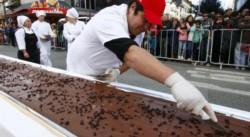 La repartija de chocolate entre el público.