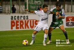 El trelewense Franco Niell maniobra con el balón en Junín, ante la marca del defensor de Sarmiento.