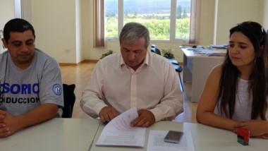 Trato hecho. El intendente Aleuy (en el medio) le pone el broche de oro al acuerdo salarial en su municipio.