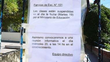 Aviso. La entrada al establecimiento con el aviso para los padres sobre cómo serán los arreglos.