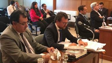 Banquillo. Meneses, primero a la izquierda, sentado junto con su defensor Federico Ruffa en la sala del STJ.