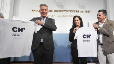 Remera. Los funcionarios muestran el logotipo del flamante intento por distinguir lo chubutense.