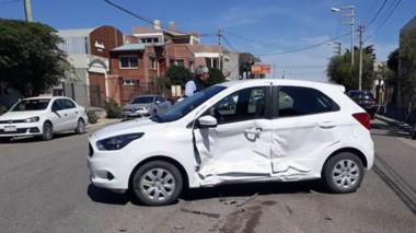 Así quedó el automóvil de la joven que circulaba por la esquina donde la impactó la taxista, en el centro.