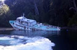 La emblemática embarcación Flecha del Plata, amarrada desde hace cinco años en una isla del Nahuel Huapi, se hundió en las últimas horas en las aguas del lago.