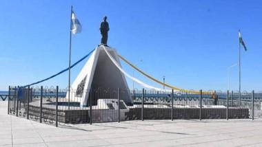 El Monumento  a la Galesa se vistió de colores azul, blanco  y amarillo.
