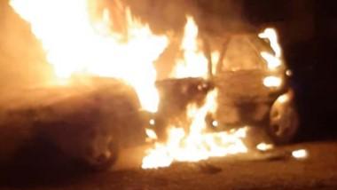 Un Chevrolet Vectra quedó destruido completamente por el fuego.