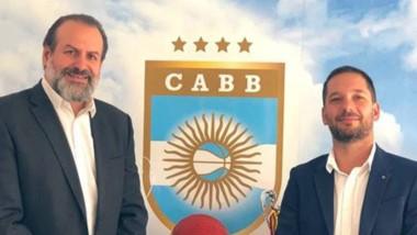 Leo Costa, flamante entrenador de la Selección, en la foto junto al presidente de la CABB Susbielles, estará en la provincia.