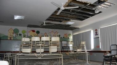 Destrozos. Así quedaron las aulas del establecimiento madrynense luego del temporal en la ciudad.