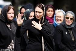 La jefa de Estado Jacinda Ardern lucía un hiyab, o pañuelo islámico, sobre su cabeza.