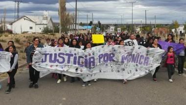 Bandera. La marcha se desarrolló ayer con la presencia de vecinos que llegaron desde varias localidades.