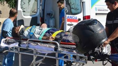 Momentos en que el herido era trasladado de urgencia por una ambulancia del hospital Adolfo Margara.