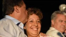 Weretilneck besando a Carreras, su candidata. (Foto: Diario Río Negro)