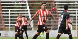 Brian Castillo festeja el empate parcial. En el fondo, los abrazos son para Rivadeneira, autor dle gol.