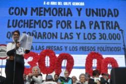 Taty Almeida dirigiéndose a los ciudadanos presentes. Como el número símbolo de desaparecidos por el Terrorismo de Estado.