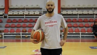 Diego Otero es entrenador de las formativas del club Huracán y también juega en el equipo de Mayores.