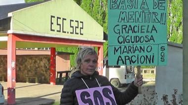 Carteles. La docente sigue reclamando por sus derechos y se queja de la burocracia desde Educación.