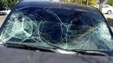 El rodado evidenció los impactos que causó serias lesiones físicas.