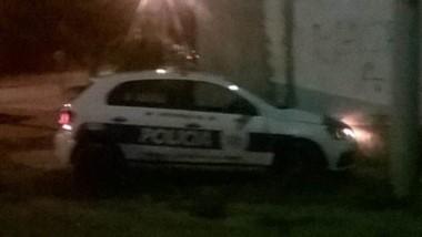 El móvil 920 de la Policía del Chubut derrapó y dio contra un paredón del barrio Jornada, zona sur de Trelew.