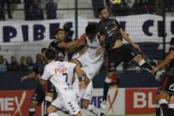 Quilmes no pudo aprovechar el hombre de más, empató con Brown de Adrogué y sigue en zona de descenso.