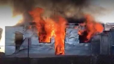 Desborde en Comodoro. La vivienda quemada por los vecinos que buscaron justicia por mano propia. (Gentileza: @ADNSur)