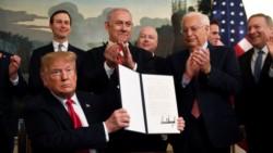 Trump atropella cuestiones básicas del Derecho Internacional. En la imagen exhibe el documento firmado delante de Netanyahu y una claque de irresponsables...