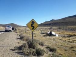 Tras el accidente el vehículo quedó calzado en un zanjón (foto @marcelovidalcr/ @radiodelmar987)