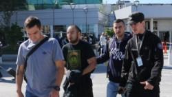 Paredes fue escoltado por integrantes de la Policía de Seguridad Aeroportuaria (PSA) y desde el aeropuerto de Ezeiza tomó un vuelo a las 12.:40 con destino a Santa Cruz de la Sierra.