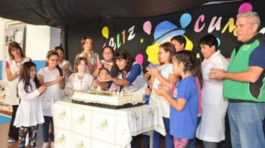 En ambos turnos de la Escuela Nº 5, la celebración incluyó el corte de la torta y el soplo de velitas.