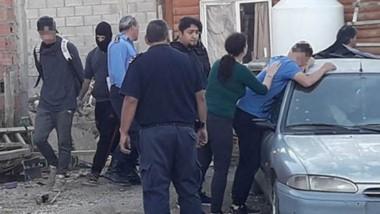 Operativos. Los tres hombres y la mujer fueron aprehendidos ayer en el marco de varios allanamientos en Comodoro por la golpiza mortal.