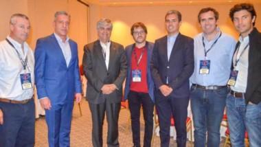 Posando. El gobernador participó del evento en Comodoro Rivadavia junto a emprendedores y pymes.