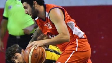 Lautaro García, autor de 11 puntos, maneja el balón. A Racing se le escapó la victoria en el suplementario.