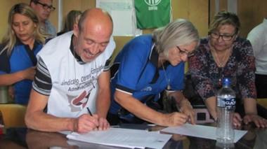 Los gremios ponen la firma para rubricar el acuerdo con Provincia.