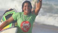 A pesar de las precipitaciones, Luzimara Souza se entrenaba para el Campeonato Brasileño de Surf.