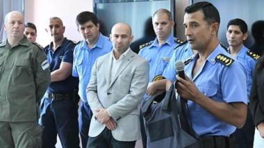 Decisión. Chaleco en mano, el jefe de la Policía confirmó las separaciones ante la mirada del ministro.