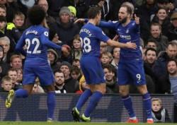 Gonzalo Higuaín y su tercer gol para el Chelsea, en el derbi frente a Fulham.
