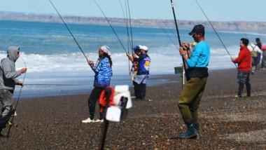 """Unos 92 pescadores se apostaron en la playa de Bajo de los Huesos en el concurso de la """"12 Horas de Pesca""""."""