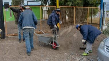 Trabajos. Los empleados municipales reparan los establecimientos para dejarlos bien preparados.