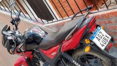 Botín frustrado. La moto por suerte no fue sustraída de la reja donde estaba atada con un candado.