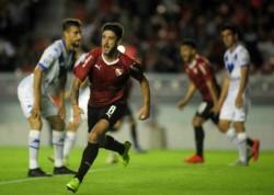 Martín Benítez se eleva en un duelo anterior con Vélez. El delantero volverá a ser titular hoy.