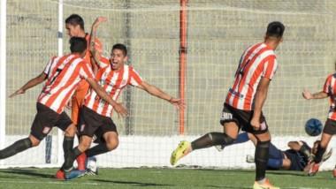 Kevin Rosas, autor del gol de la victoria, festeja con ímpetu su conquista. Racing ganó la Zona 3.