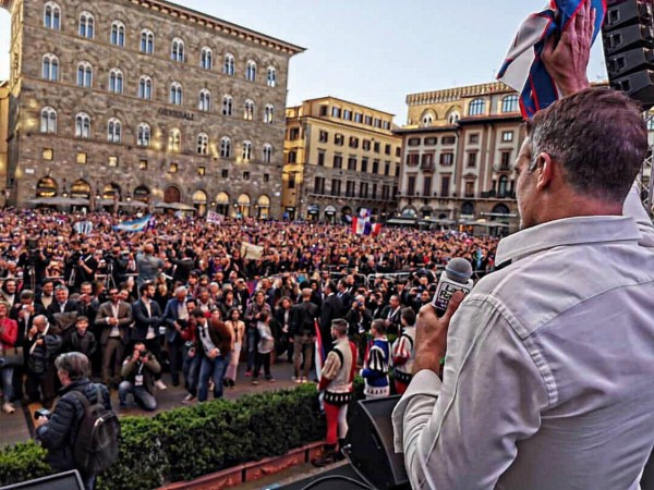 Los fanáticos de la Fiorentina, rendidos a los pies de Batistuta en Florencia.
