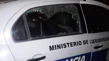 El móvil policial de la Comisaría de Km. 8 sufrió importantes daños por parte de dos iracundos individuos.