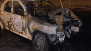 Las llamas consumieron el Renault Logan y su conductor se salvó. (FM Tu Lugar))