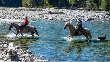 Paraíso. Una cabalgata sorteando el Río Azul, una de las aventuras que propone la Comarca Andina para sus visitantes.