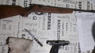 Le secuestraron el arma reglamentaria y una carabina 22 larga.