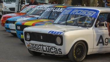 Sobre calle Mitre, junto a la Secretaría de Turismo de Trelew, se exhibieron los autos que rugirán este fin de semana en el inicio del campeonato.